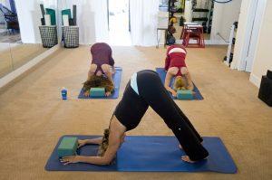 suivre un cours de yoga en groupe